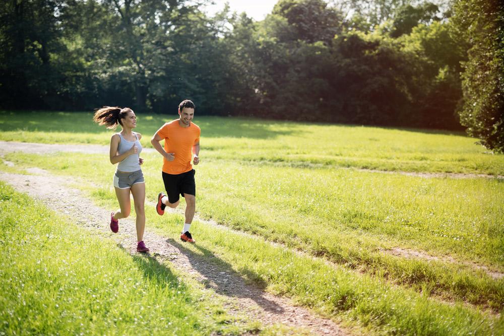 Två löpare på en äng