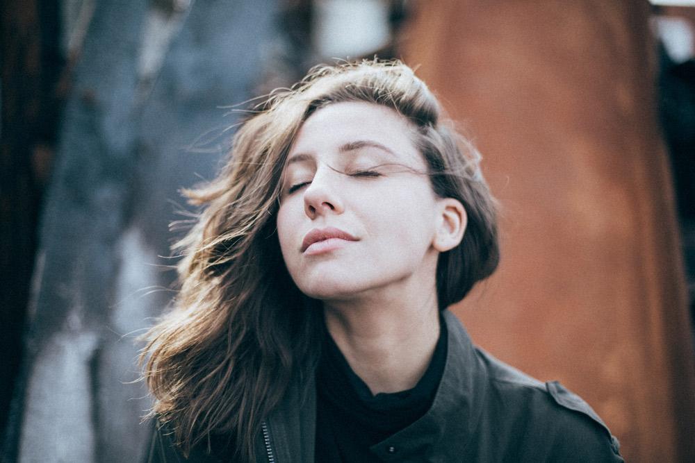 bild på tjej med vind i håret